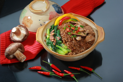 Yamie Claypot Rice with Chicken Chunks and Vegetables