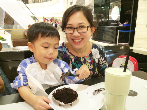 mumy dining with child
