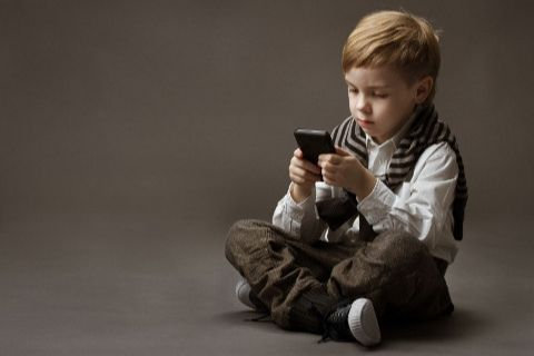 kid with iphone
