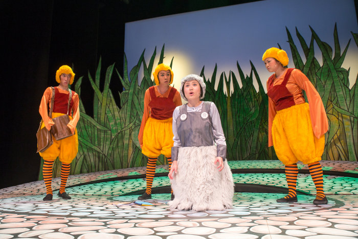 The ugly duckling in Hop and Honk I Theatre