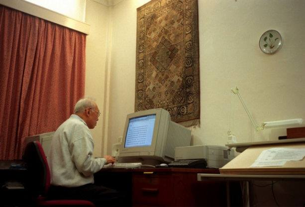 Mr Lee Kuan Yew Learning the computer