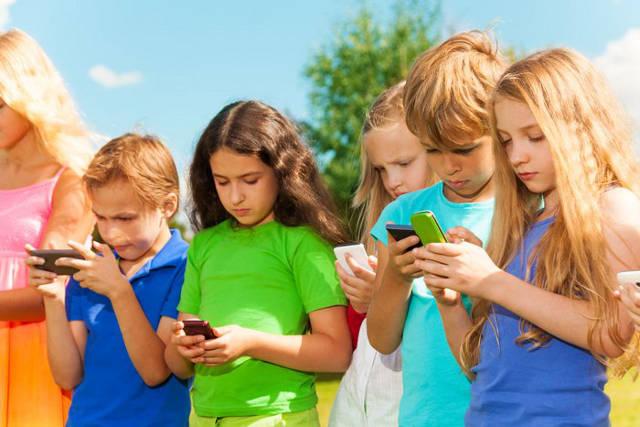 kids using phone