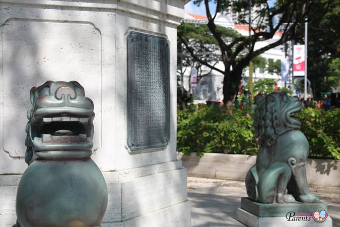lions guarding lim bo seng memorial