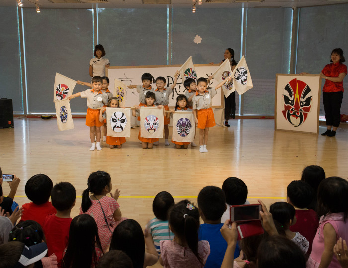 Students of Chengzhu Kindergarten performing
