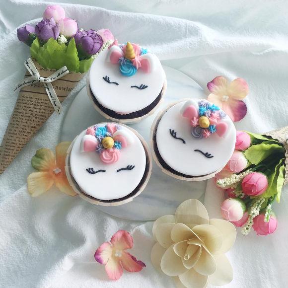 monice bakes cupcakes