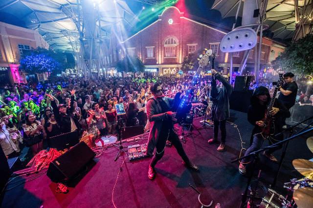 clarke quay stage crowd